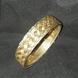 Vintage etched gold tone hindged bangle bracelet